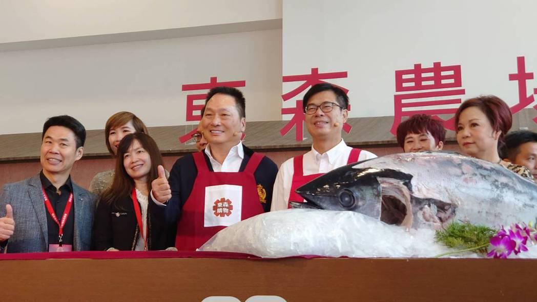 東森集團總裁王令麟(前排左三)和高雄市市長陳其邁(前排左四)今(5)日連袂出席東...