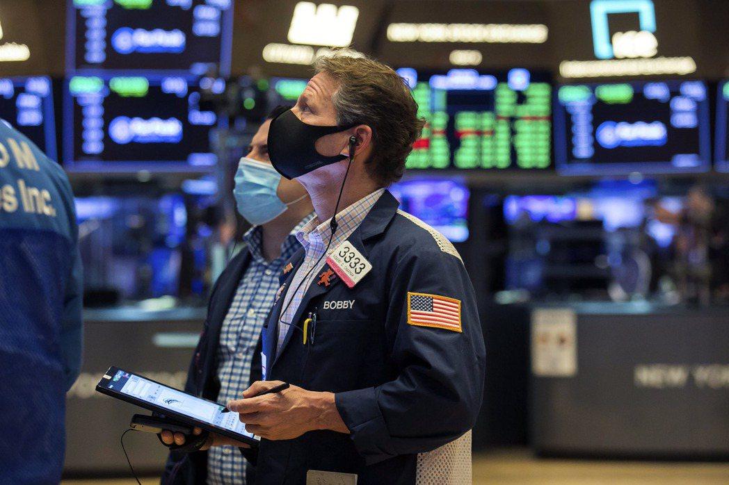 疫情再怎麼嚴重,也擋不住美股創新高漲勢,更別說是經濟表現差的利空了。美聯社