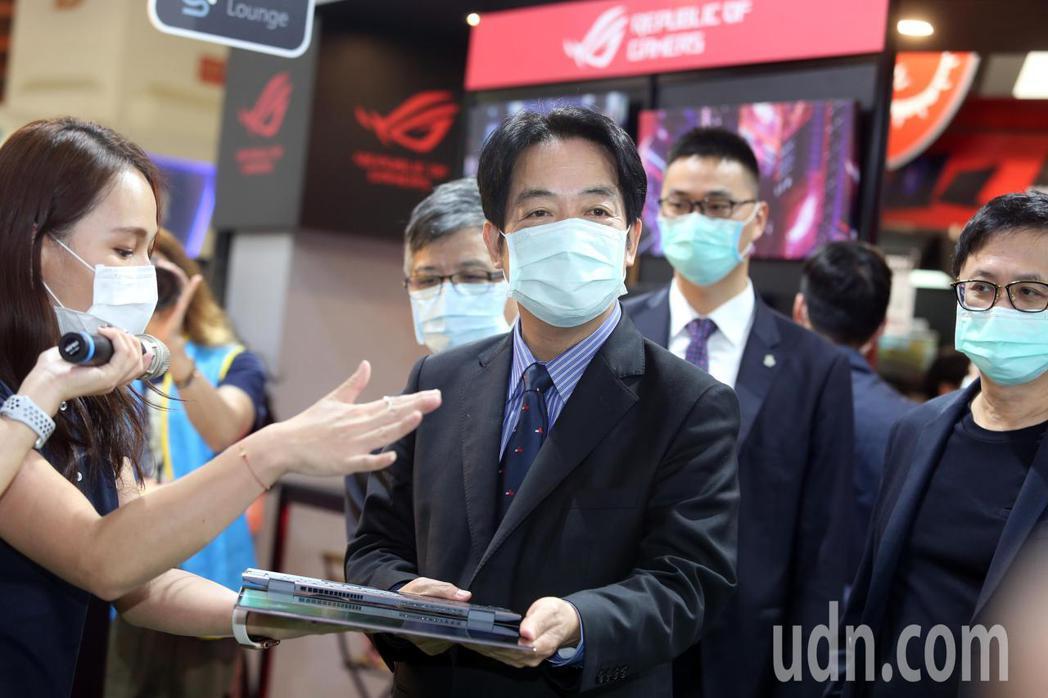 副總統賴清德(中)下午在台北市電腦公會榮譽理事長童子賢陪同,參觀資訊月展覽。記者...