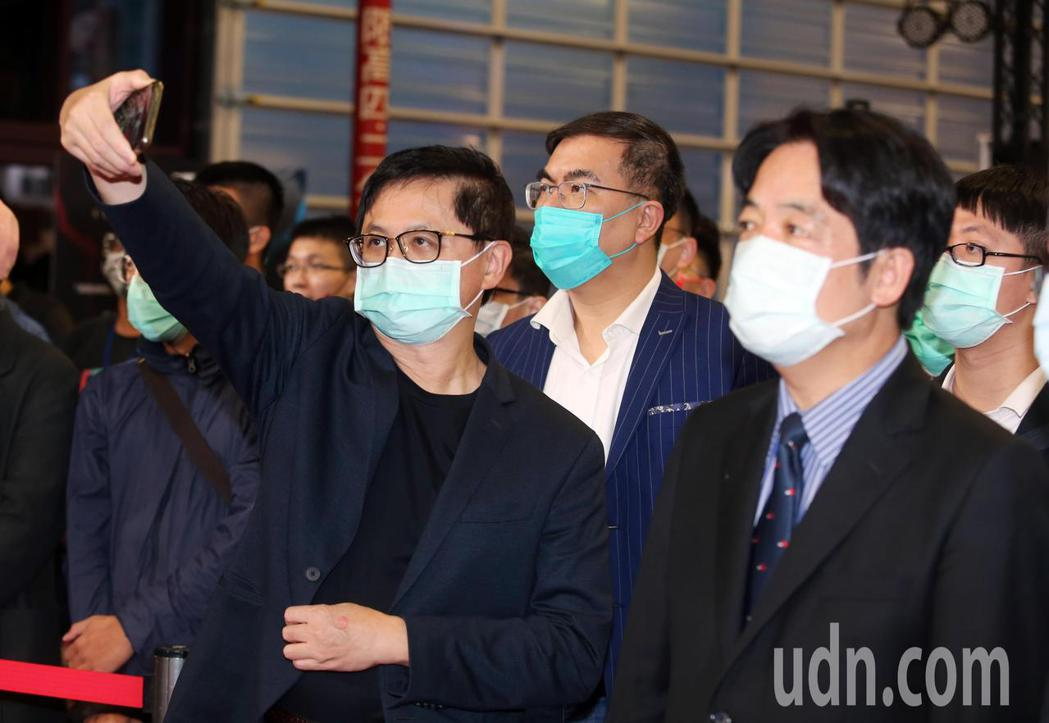 副總統賴清德(右)下午在台北市電腦公會榮譽理事長童子賢(左)陪同,參觀資訊月展覽...