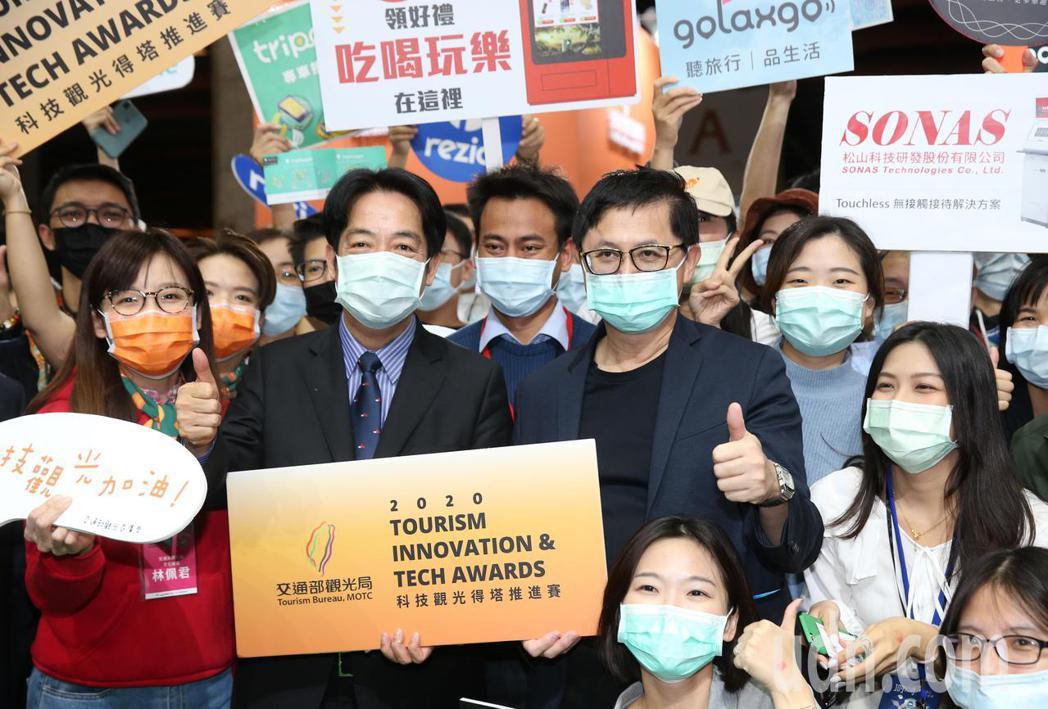 副總統賴清德(左)下午在台北市電腦公會榮譽理事長童子賢(右)陪同,參觀資訊月展覽...