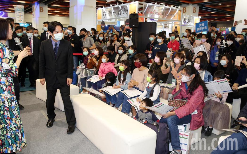 副總統賴清德(左二)下午在台北市電腦公會榮譽理事長童子賢陪同,參觀資訊月展覽。記...