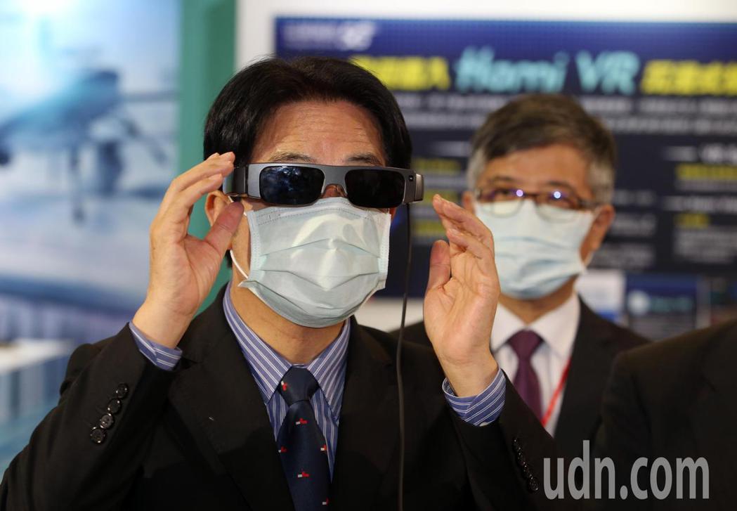 副總統賴清德(左)下午在台北市電腦公會榮譽理事長童子賢陪同,參觀資訊月展覽。記者...