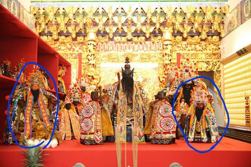 施琅大將軍成仙(最左)與延平郡王祠主祀的鄭成功神像(最右)同一供桌,信徒嘖嘖稱奇。圖/讀者提供