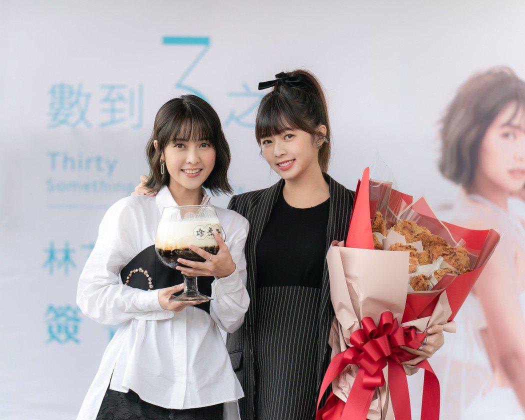 「大元」林艾璇(左)出席個人寫真簽書會,簡廷芮挺孕肚力挺。圖/藝和創藝提供