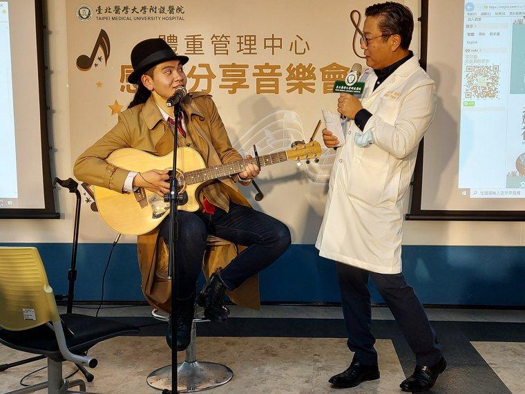 目前從事音樂工作的謝任鎧於感恩分享音樂會與台北醫學大學附設醫院體重管理中心主任王...