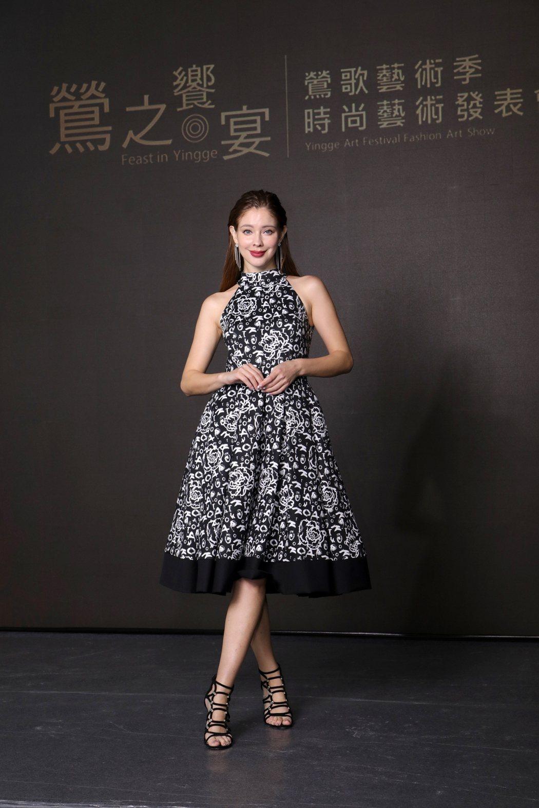 安妮穿著潘怡良設計師服飾,出席鶯歌藝術季 「鶯之饗宴」時尚藝術發表會看秀嘉賓。圖...