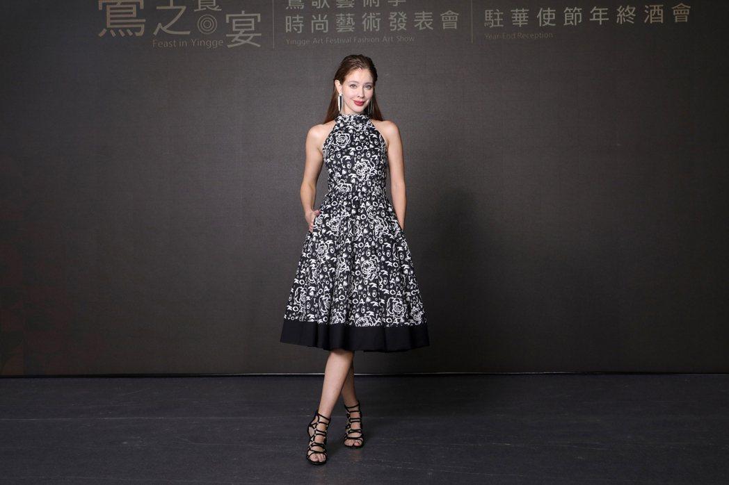 安妮穿著潘怡良設計師服飾,出席鶯歌藝術季 「鶯之饗宴」時尚藝術發表會看秀嘉賓。圖