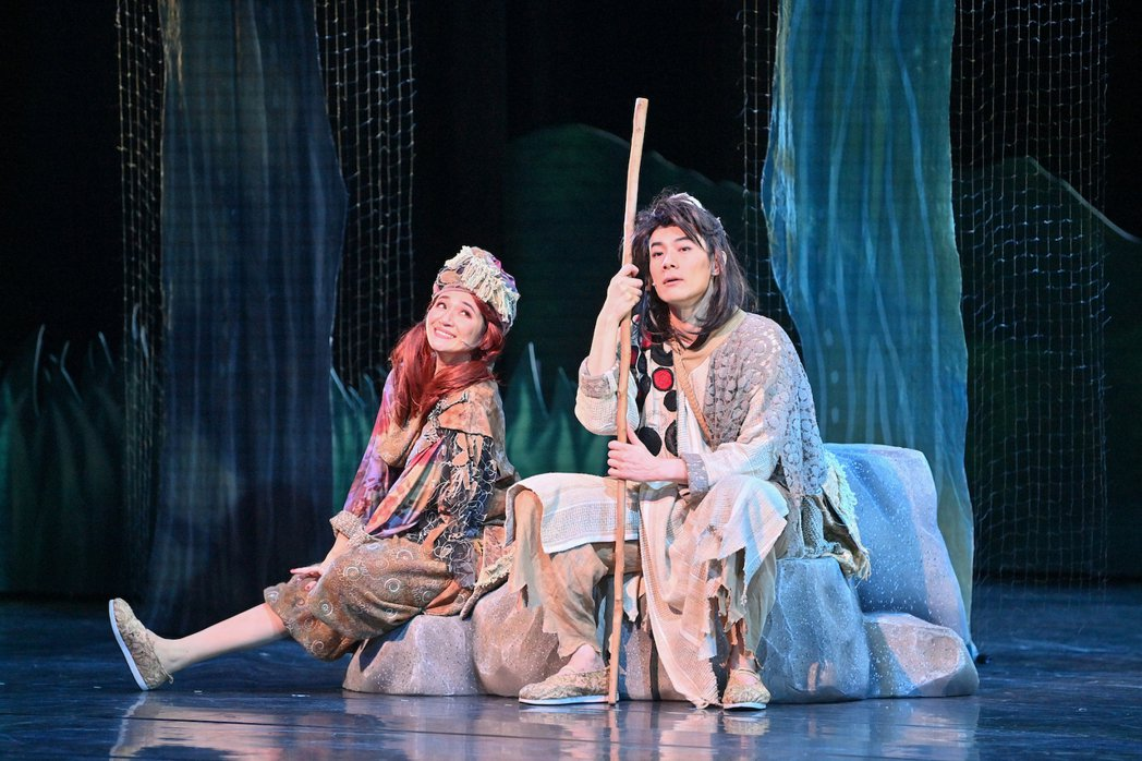 羅美玲(左)與施易男演出舞台劇「大寶神珠」。圖/夢蓮花文藝基金會提供
