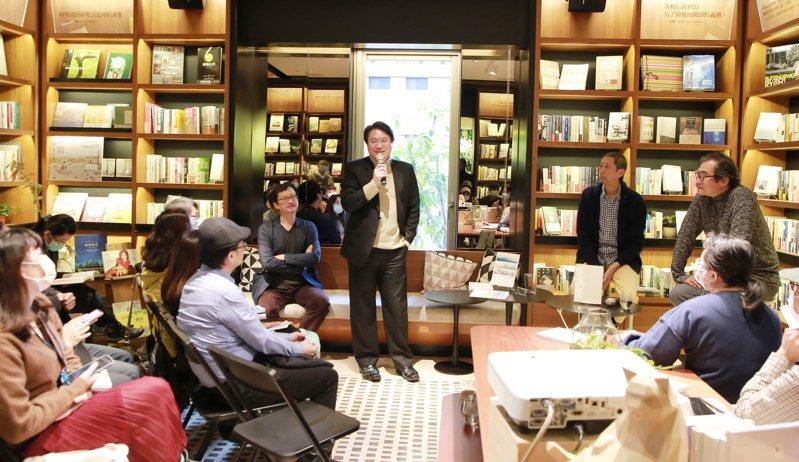 到台北參加新書發表會,林右昌:明年東西岸有濱海長廊。圖/基隆市政府提供