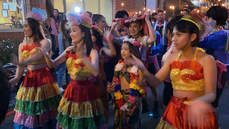 東埔溫泉季晚間舉辦浴衣踩街,伴隨著森巴舞節奏,讓東埔熱鬧非凡。圖/南投縣政府提供
