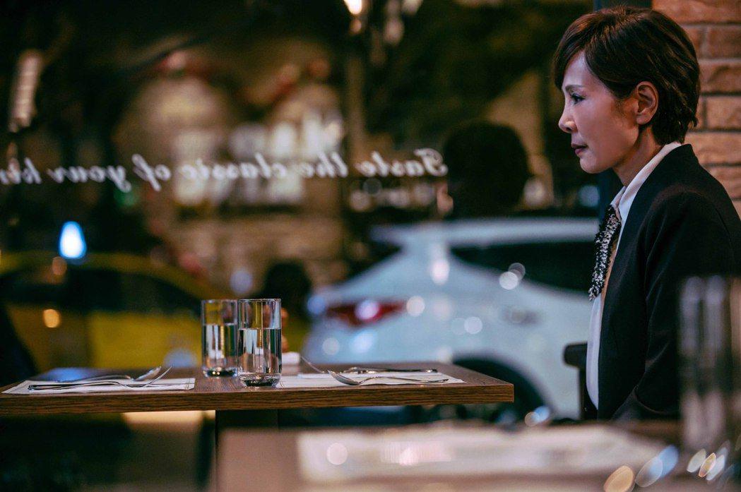 昔日邵氏女星林秀君在「粉紅色時光」中飾演教育界女強人「邱淑嫻」。圖/TVBS提供
