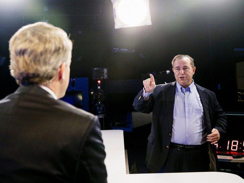 Newsmax執行長拉迪十一月十九日在美國佛州博卡拉頓的攝影棚和主播巴赫曼談話。紐約時報