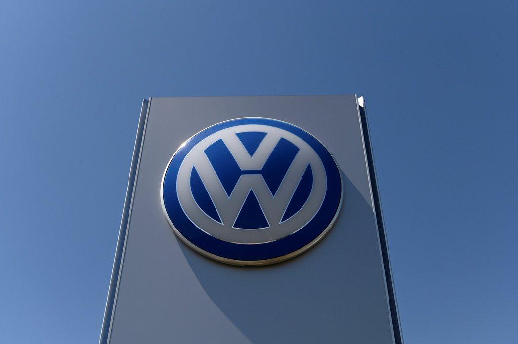 福斯與車用零件供應商警告,疫情打亂部分汽車電子元件的全球晶片供應,可能拖累汽車生...