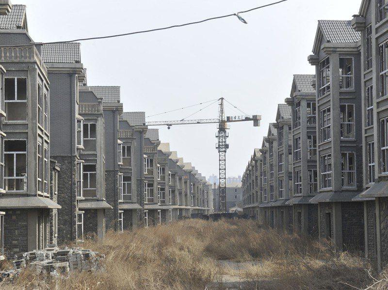 圖為山西太原古寨村近百棟別墅建築淪為「爛尾」樓群,荒草叢生宛如「鬼城」。中新社