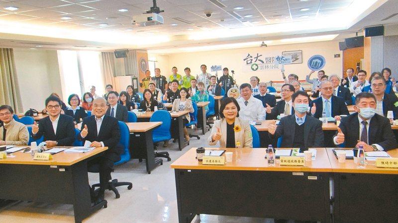 行政院長蘇貞昌(前排左三)抵雲林宣布國家級長照研究中心和台大二期擴建的好消息並當場加碼經費,期提早完成,讓雲林不再是醫療偏鄉。 記者蔡維斌/攝影