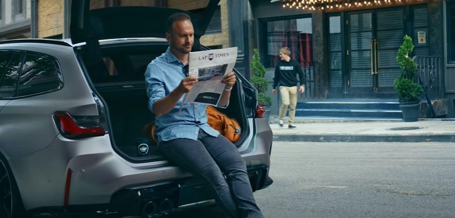 尚未發表的G世代M3 Touring,而駕駛拿著一份Lap Times報紙。 圖...
