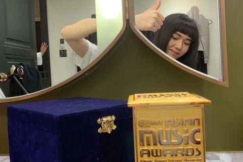 2020年亞洲音樂大獎(MAMA)6日在韓國舉行,雖然採線上直播的方式進行,仍維持國際級規格水準。台灣歌手今年在MAMA也沒缺席,金曲新人王持修獲得亞洲新人獎肯定,透過影片用簡短英文致謝,並傳達「M...