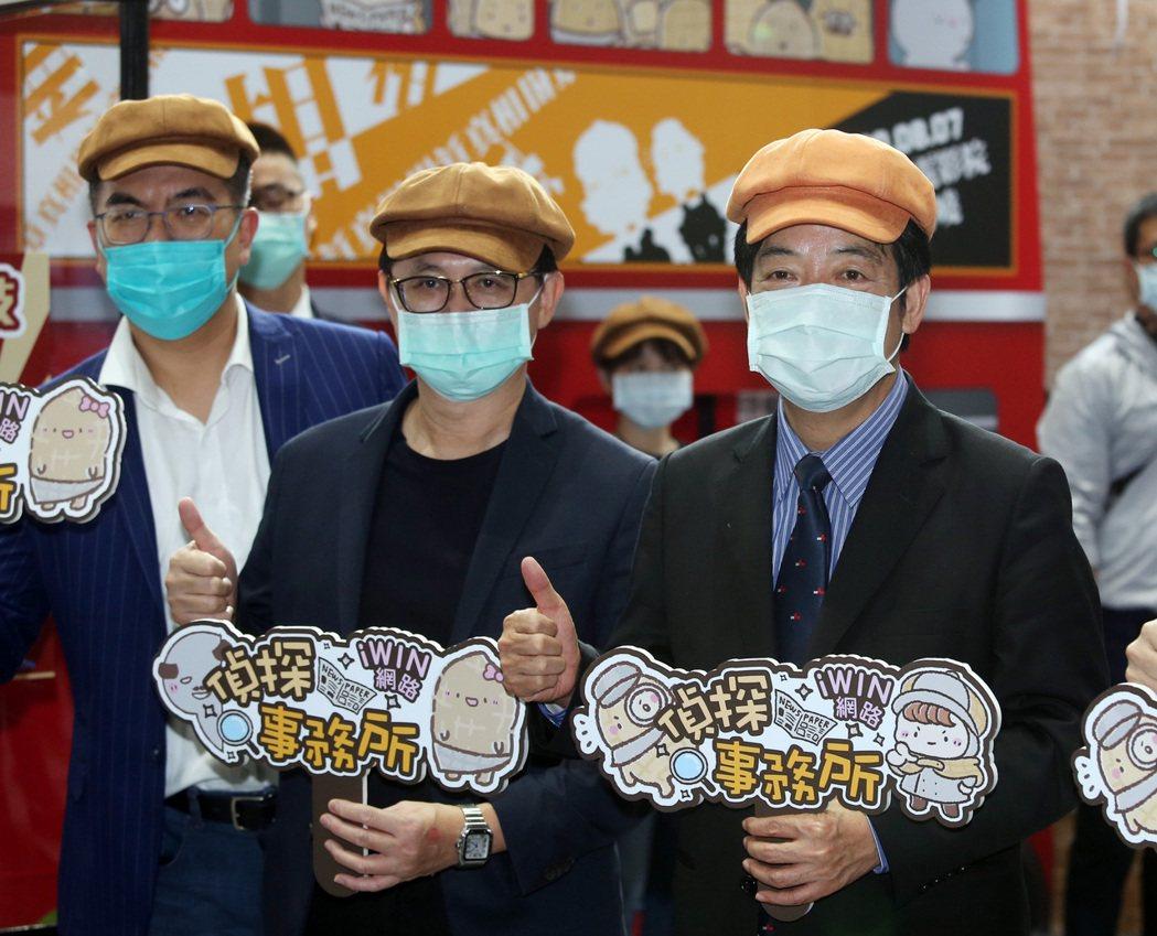 副總統賴清德(右)昨天在台北市電腦公會榮譽理事長童子賢(中)陪同,參觀資訊月展覽...