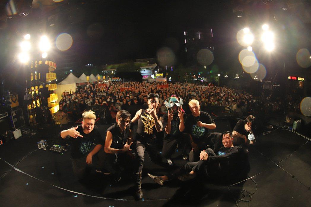 閃靈樂團主唱林昶佐(Freddy)(左3)5日與重金屬樂團血肉果汁機合體,在萬華