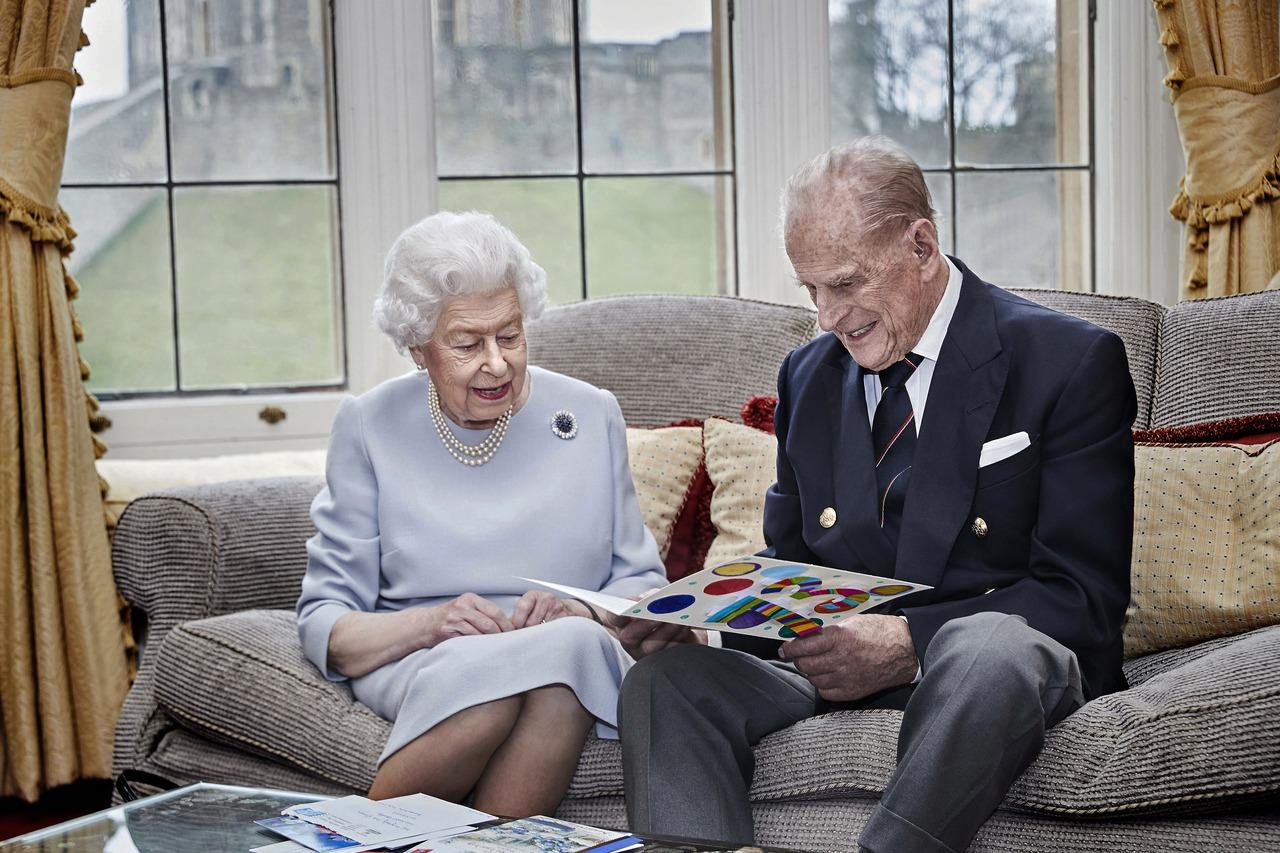 英媒:女王夫婦接種新冠疫苗後可能對外公布