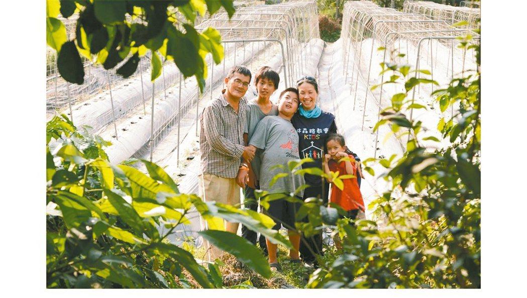 請辭醫師工作的蔡佼瑾(右二),陪三個子女在家自學,她帶孩子到農田體驗農作。她也從...