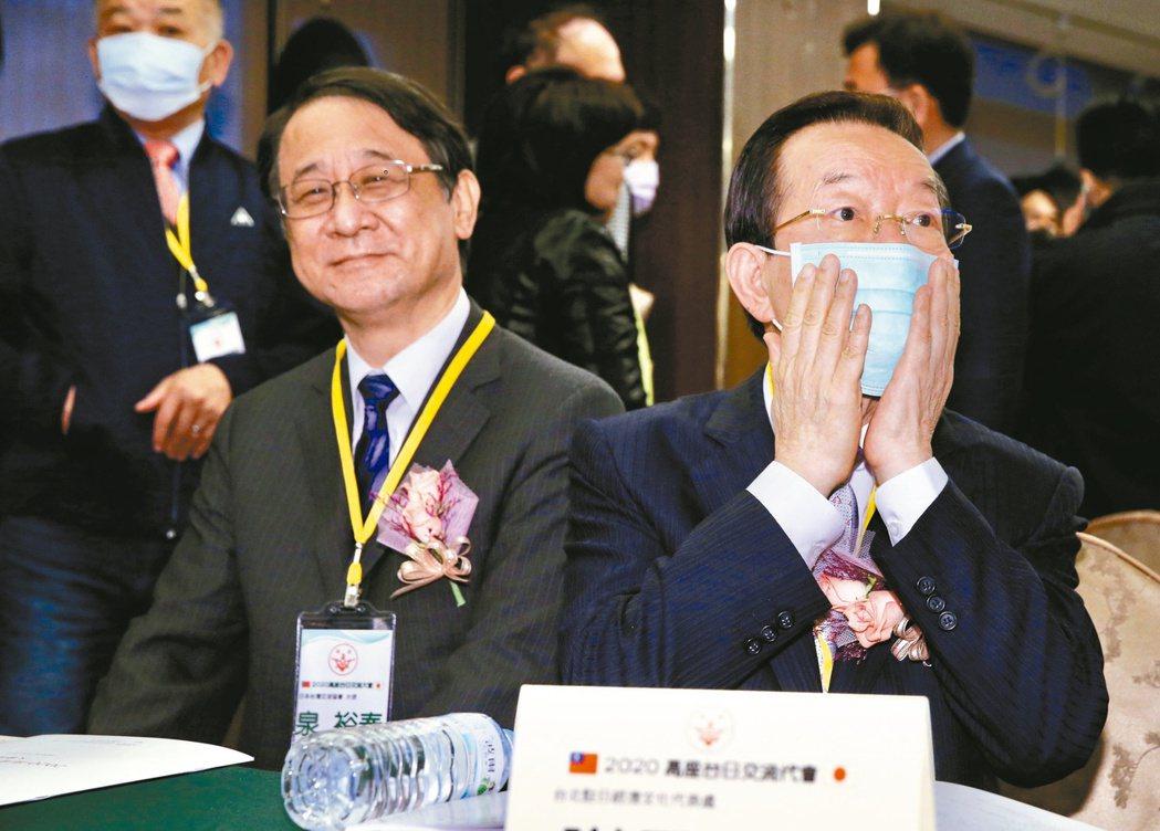 我國駐日代表謝長廷(右)及日本駐台代表泉裕泰(左)昨出席高座會年度交流大會。記者...