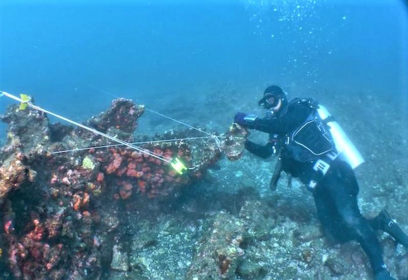 「山藤丸」在澎湖六呎礁海域觸礁沉沒,中研院水下考古隊定期下海監測,檢視是否受海流等外力破壞。(圖/文化部文資局提供)
