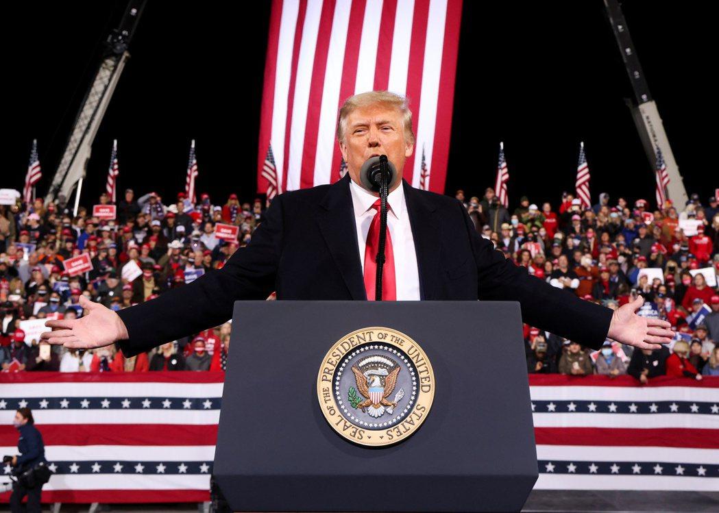 美國總統川普5日在喬治亞州瓦爾多斯塔為兩位參與決選的共和黨參議員造勢。路透