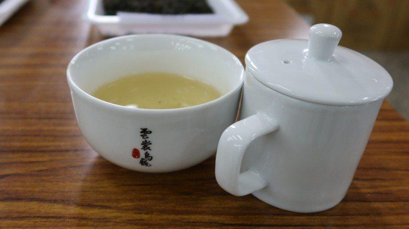 縣府農業處表示,尖石、五峰鄉茶葉面積在近10年成長約8倍,生產半發酵茶類的高山烏龍茶為主,去年底以「雲裳烏龍」為名,首度舉辦評鑑。圖/新竹縣農會提供