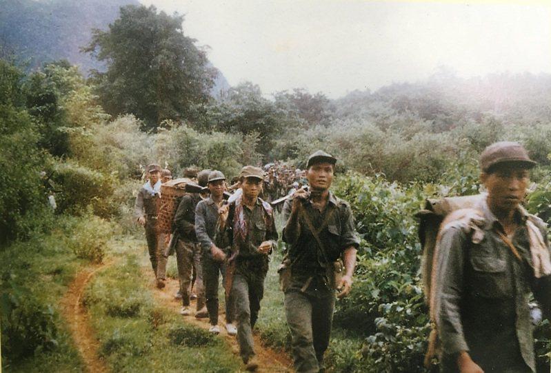 行軍中的光武部隊,軍服都是在泰國採辦,並非國軍制式服裝。記者程嘉文/翻攝