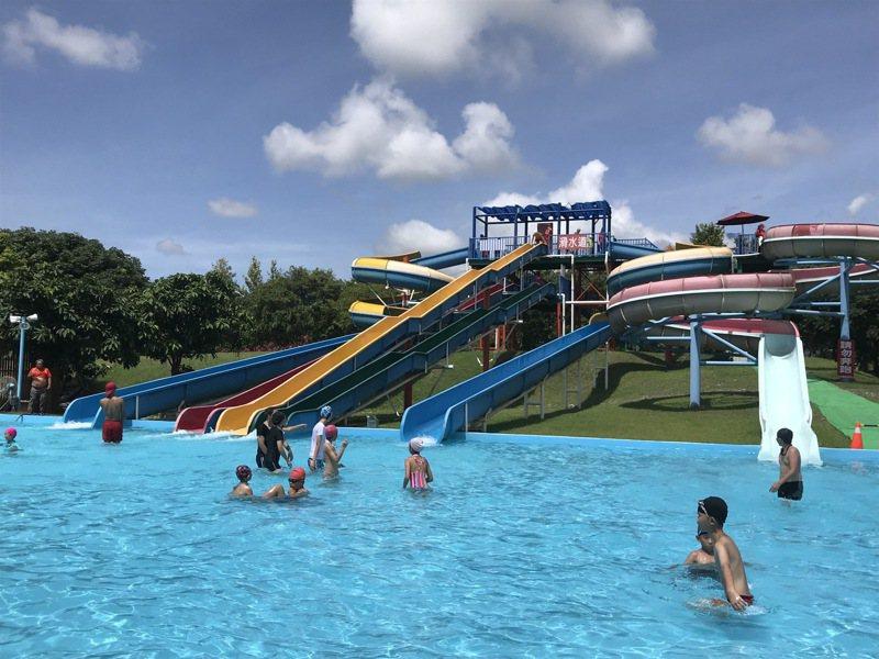 花蓮知卡宣森林親水公園每到夏天吸引遊客玩水,縣府規畫增設共融遊戲場,提供更多元遊憩設施。本報資料照片