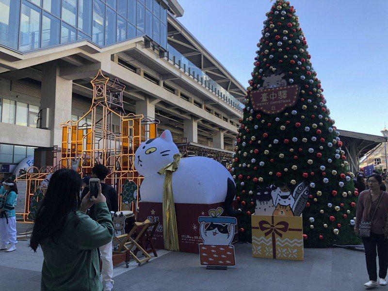 台中火車站「鐵鹿大街」開幕,打造「網美一條街」站內天空之橋旁有「貓小姐Ms.Cat」浮世繪與耶誔樹。記者陳秋雲/攝影