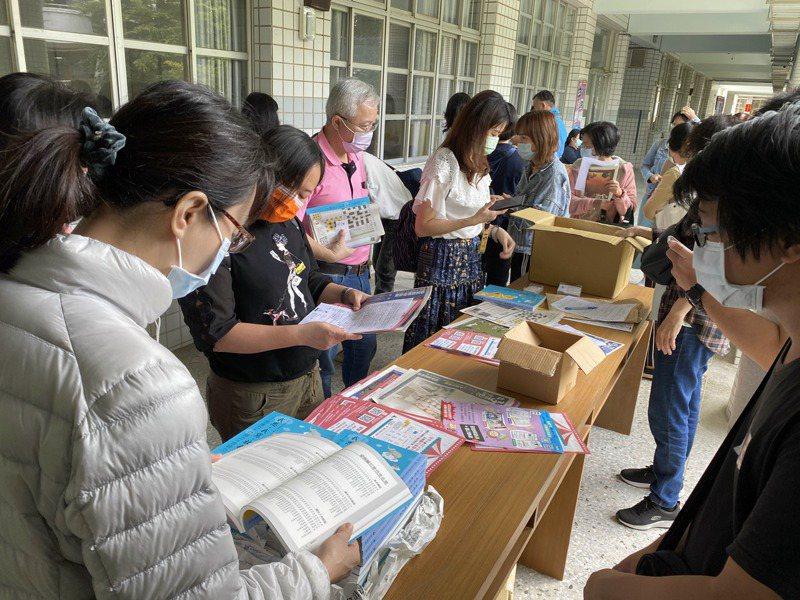 聯合盃作文競賽現場為家長舉辦英語相關演講,會後家長搶著訂閱好讀週報。記者修瑞瑩/攝影