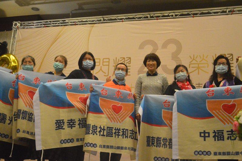 縣長饒慶鈴(右三)授旗給今年新成立志工隊。記者施鴻基/攝影