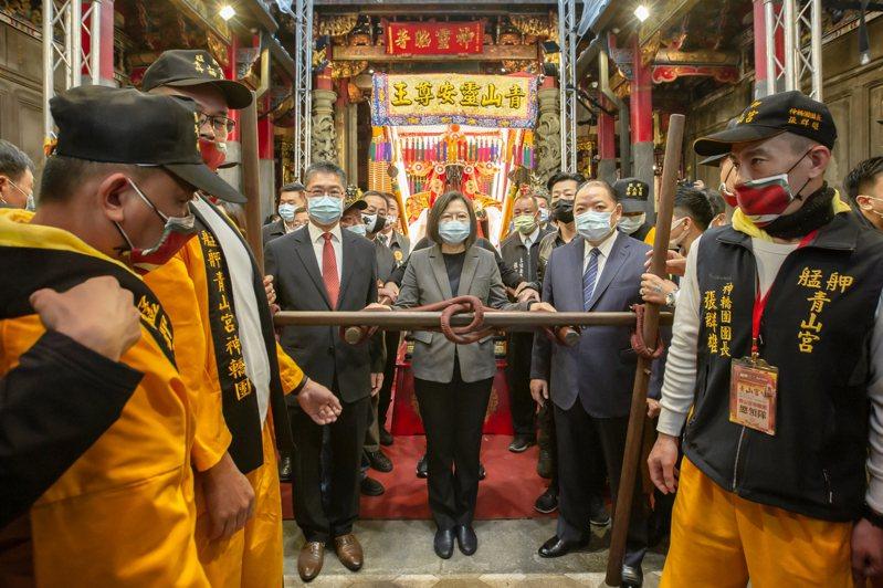 總統蔡英文出席靈安尊王千秋聯合遶境大典擔任扶轎官。圖/總統府提供