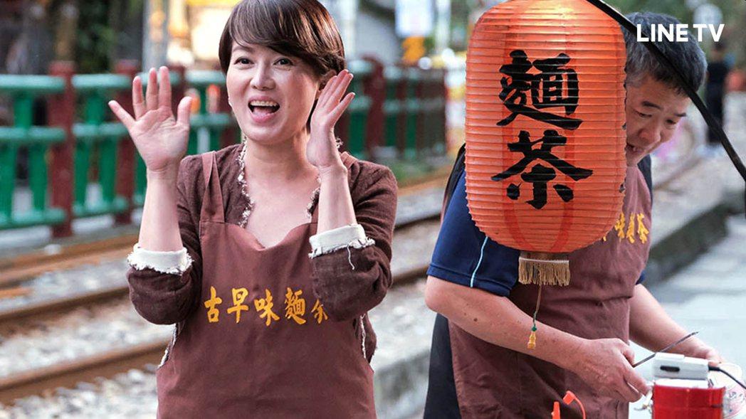 苗可麗協助老店上街叫賣販售麵茶。圖/LINE TV提供