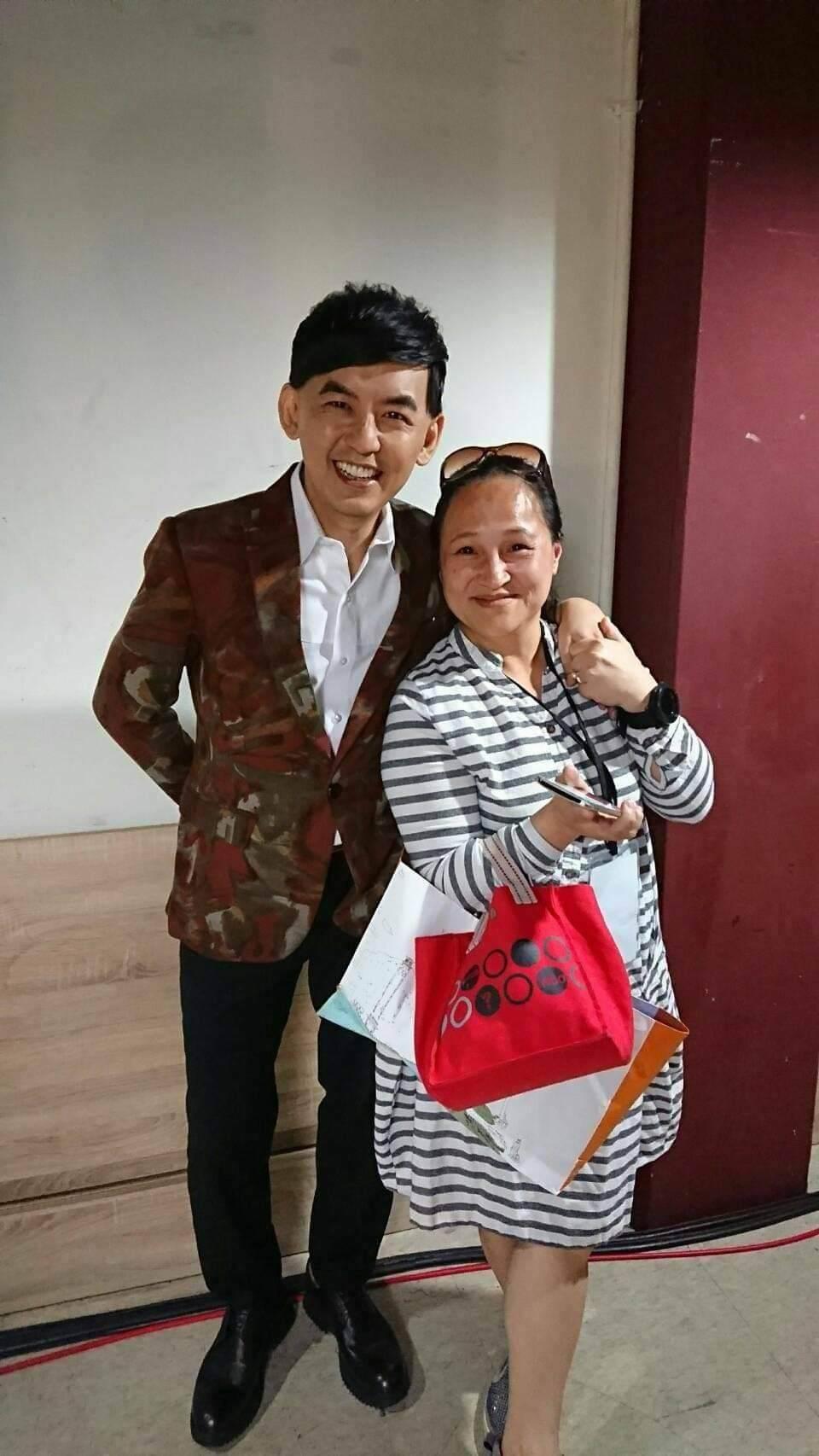 黃子佼(左)和王秀娟合照。圖/創藝多腦河提供