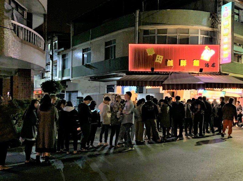 南投埔里清醮昨深夜解禁開葷,鹹酥雞攤前大排長龍。圖/讀者提供