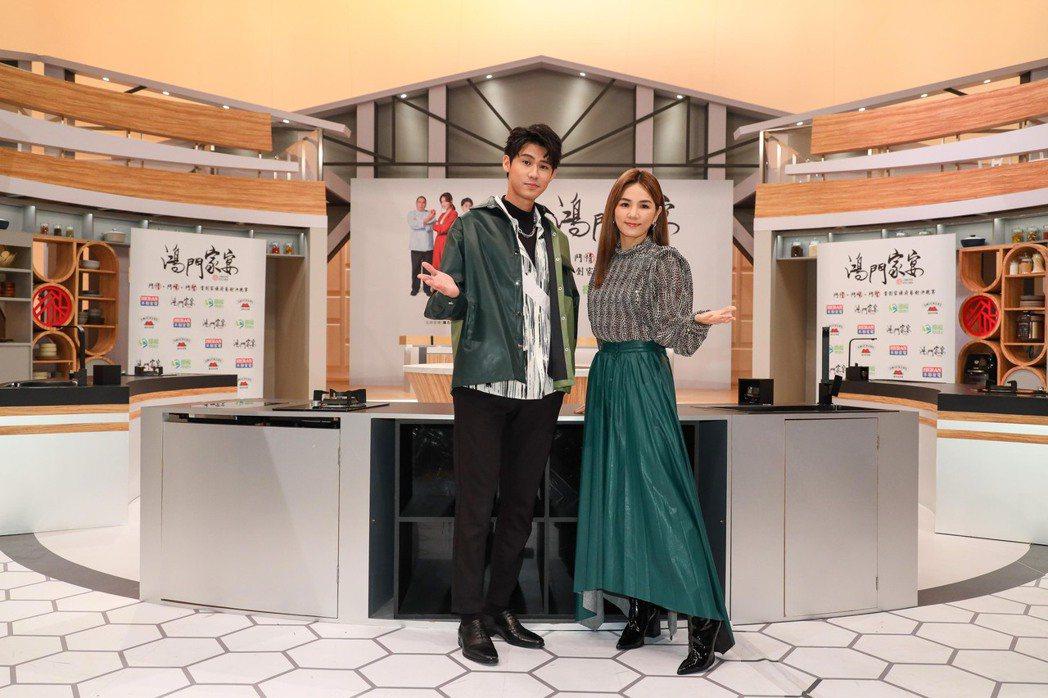 Ella(右)和李玉璽搭檔主持衛視新節目「鴻門家宴」。圖/衛視提供