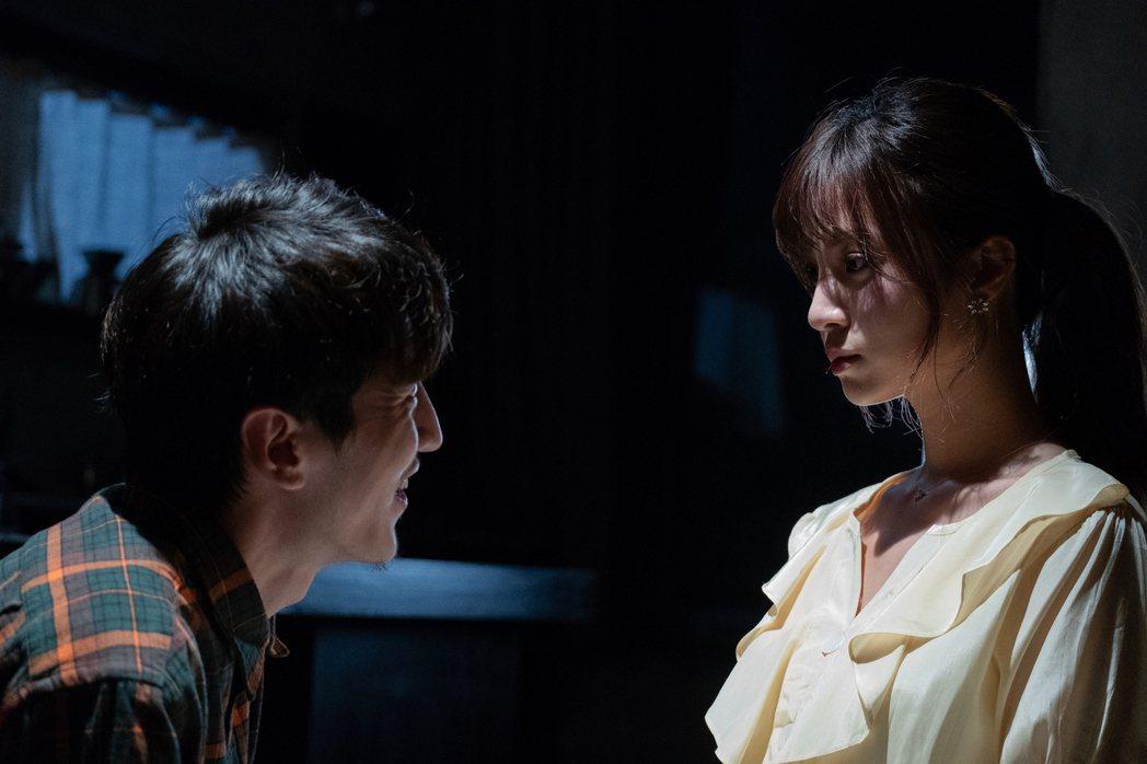 孫沁岳(左)在「記憶浮島」中詮釋陳敬宣的狂粉。圖/貴金影業提供