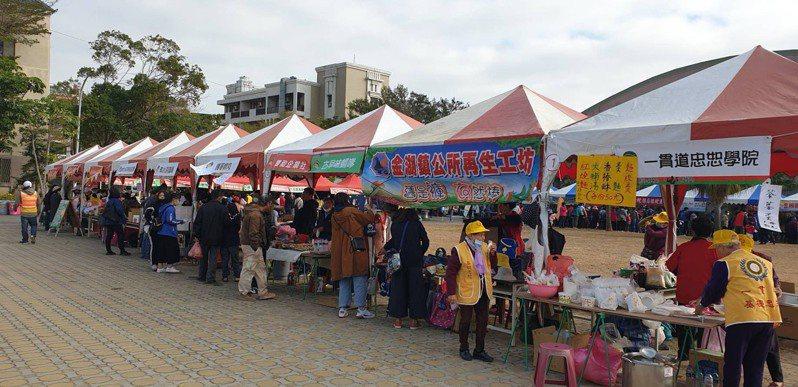 金門家扶中心今天舉辦「扶幼助學愛心園遊會」,活動有70多個攤位,相當熱鬧。圖/金門家扶中心提供