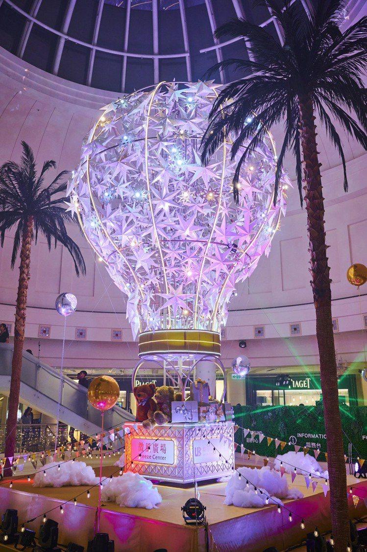 微風廣場耶誕熱氣球。圖/微風提供