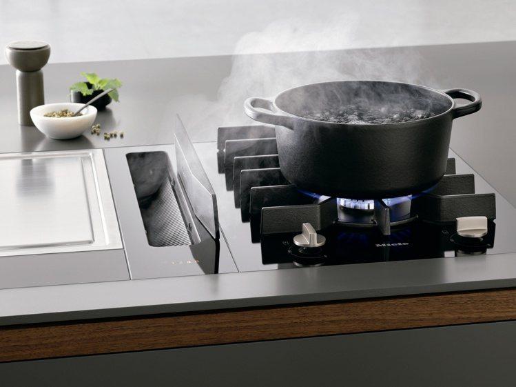 首創護焰裝置讓瓦斯爐終於可與檯面式排油煙機結合使用.以磁性吸附站立於抽風口旁,可...