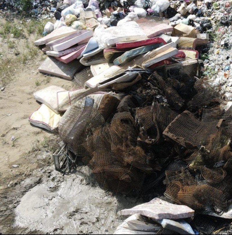 廢床墊回收、拆解不易,縣市政府與學者都建議,應將廢床墊公告為回收項目,強制補貼回收業者去化或要求生產業者逆向回收。圖/讀者提供