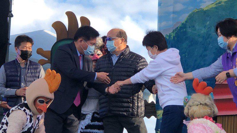 中央公園開幕,3位卸任與現任台中市長站在一起,左起林佳龍、胡志強、盧秀燕。記者陳秋雲/攝影