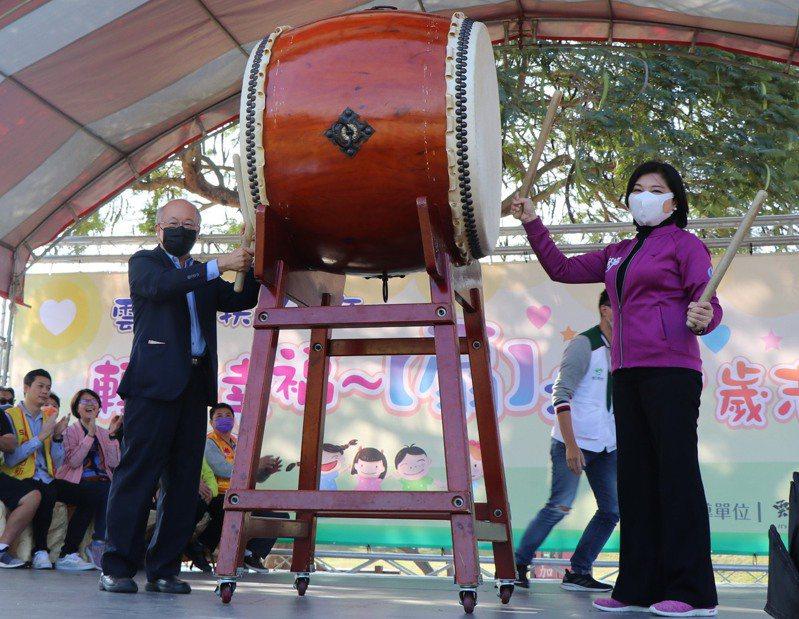 雲林縣長張麗善(右)今天出席家扶中心園遊會活動,即便是戶外活動,她仍戴上口罩防疫。記者陳苡葳/攝影