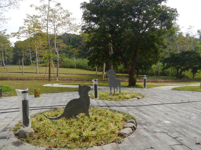 高雄市第一座公立的寵物殯葬專區設在燕巢公墓區,共有3千5百個樹葬位置,可循環使用。記者徐白櫻/攝影