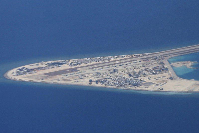 大陸在南沙群島的人工島渚碧礁上建飛機跑道。美聯社