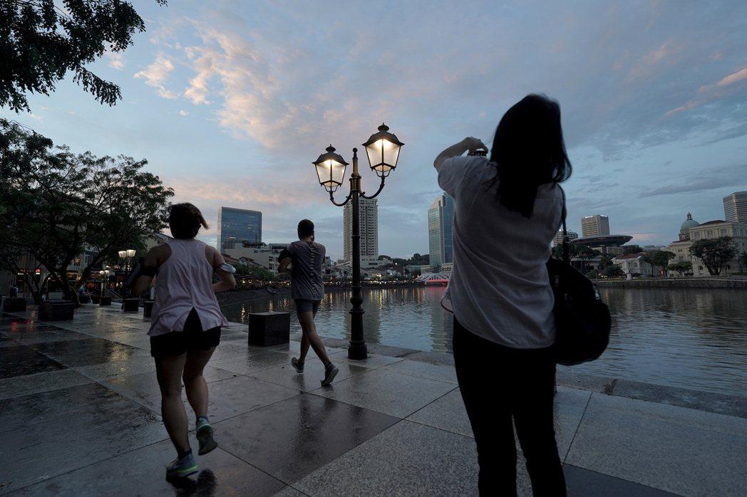 與香港的旅遊泡泡計畫喊卡後,星國持續尋找其他夥伴,圖為4日黃昏時的駁船碼頭沿岸景...